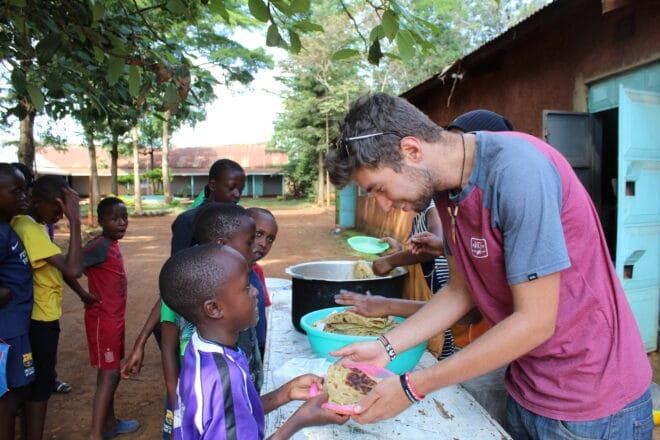 Lucas serve almoço a crianças no Quênia, África