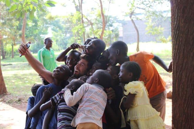 Lucas faz selfie com crianças no Quênia, África