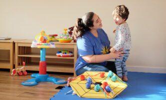 Brasileira auxilia famílias na estimulação de crianças com necessidades especiais
